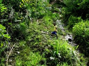 salahsatu temen saya mencoba melewati tebing